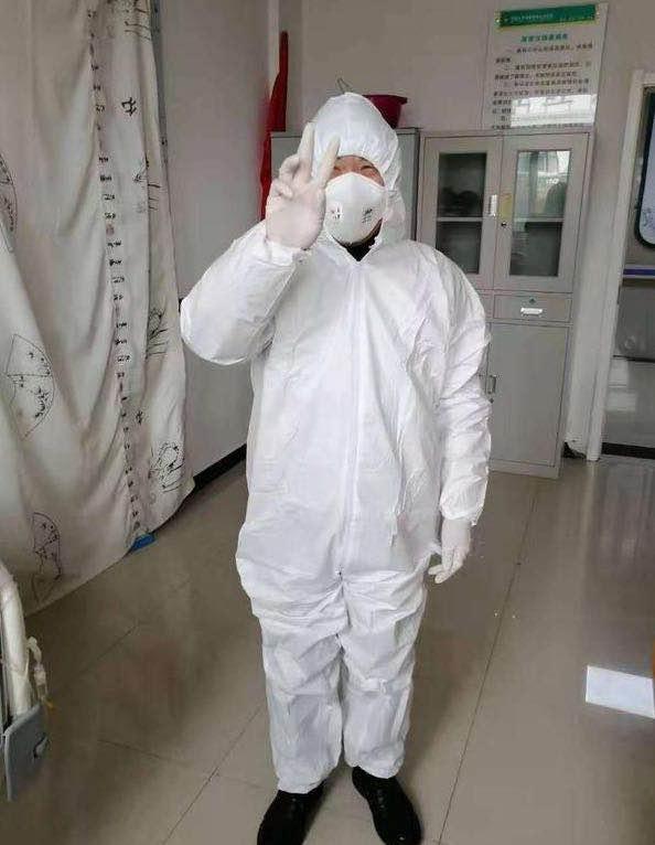 江医生在疫情期间的工作照图片